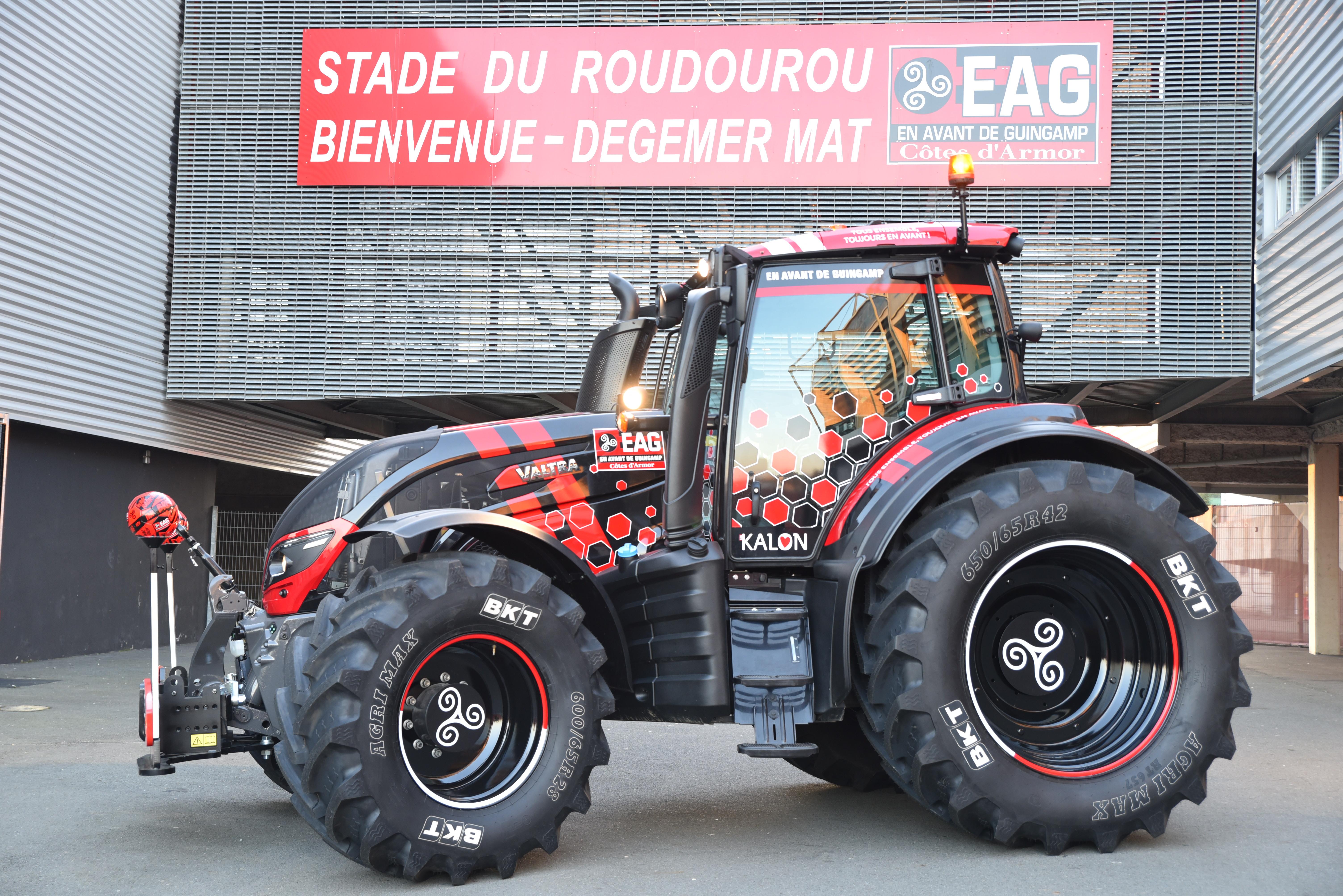Le groupe alexandre remet l 39 en avant son tracteur officiel en avant de guingamp - Image tracteur ...