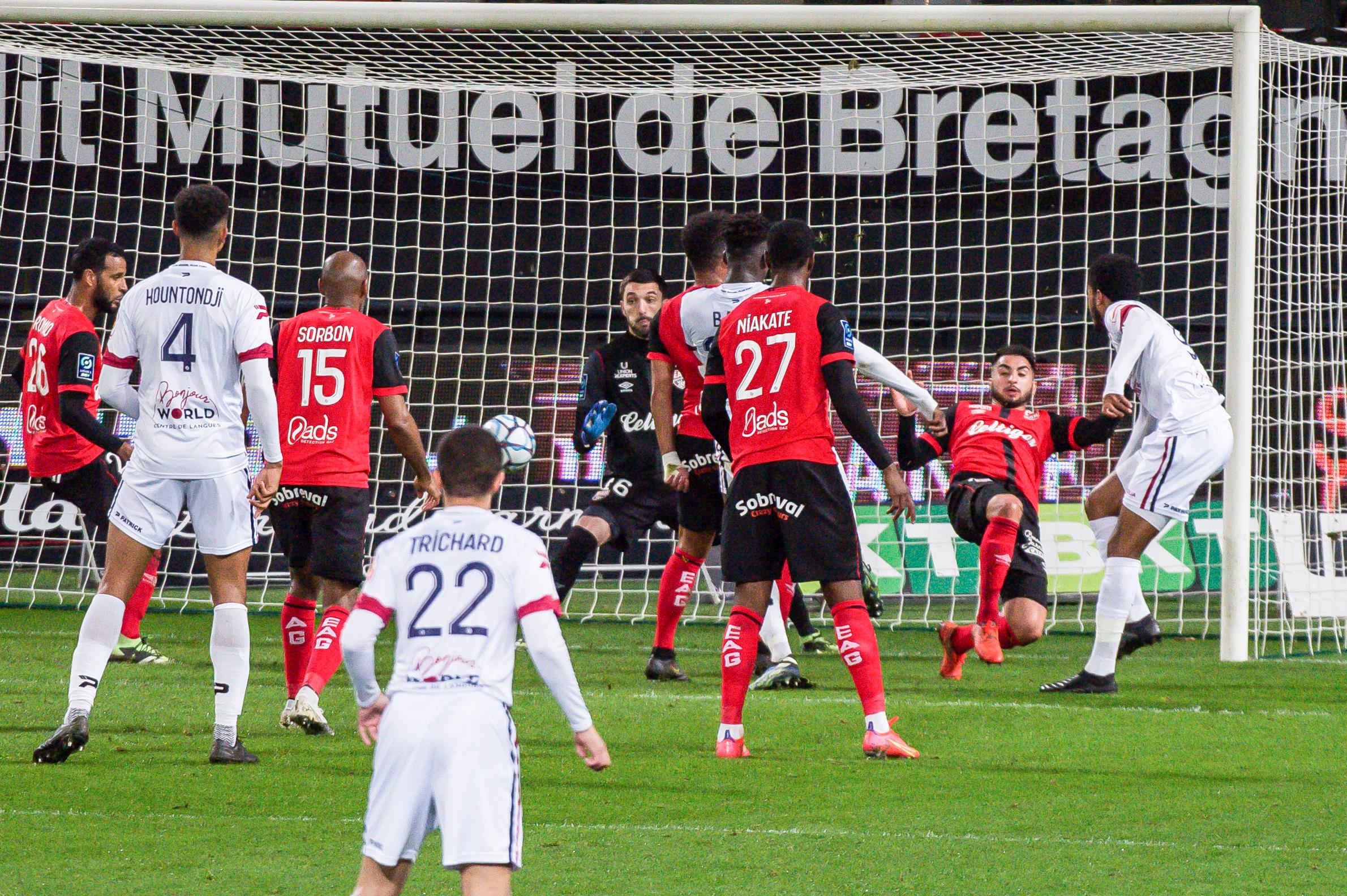 EA Guingamp Clermont Foot 63 0 5 J28 Ligue 2 BKT EAGCF63 _PAS9440