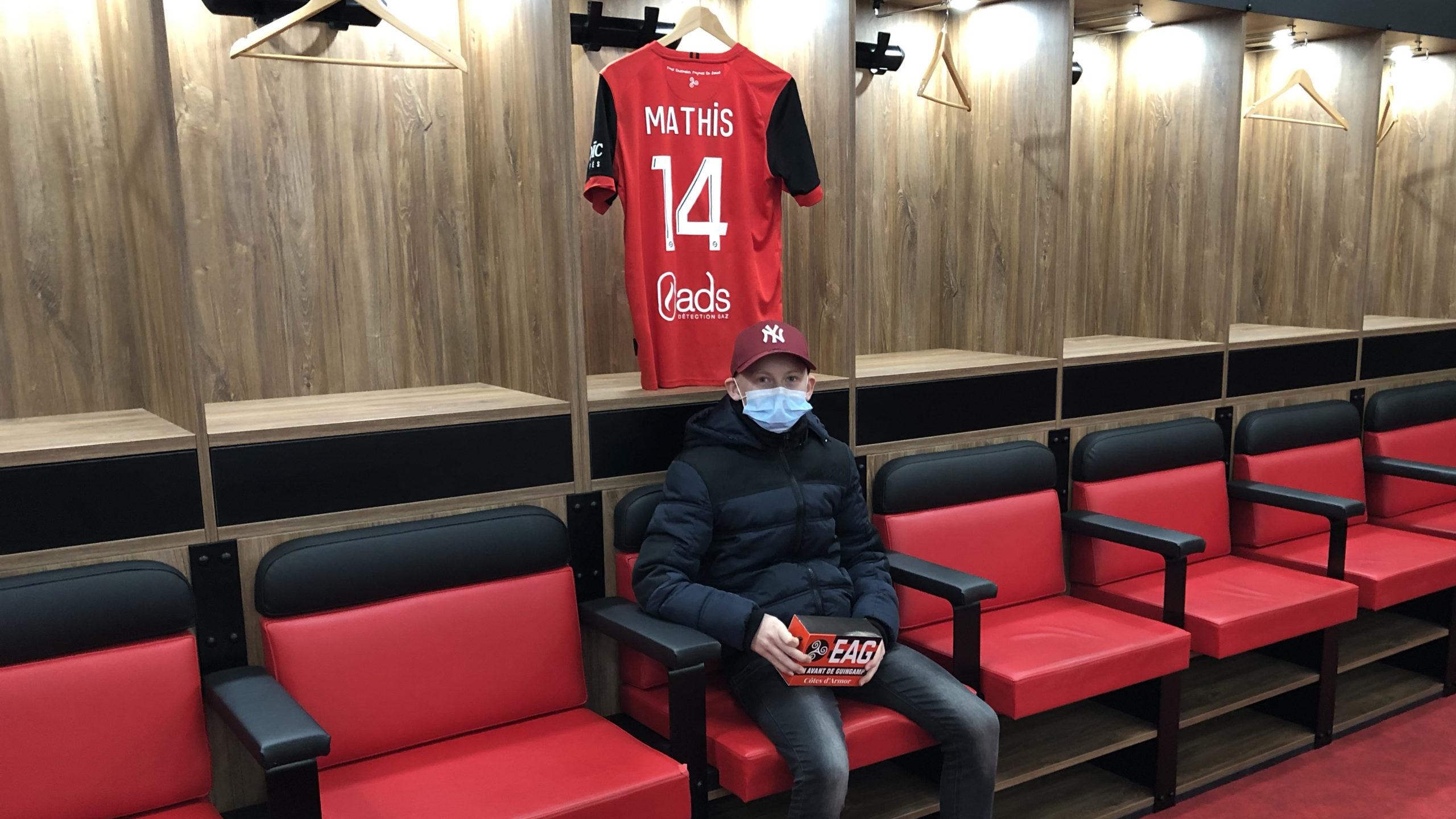 Mathis Coatrieux visite le stade de Roudourou avec Christophe Kerbrat Guingamp En Avant-16 9-dans les vestiaires