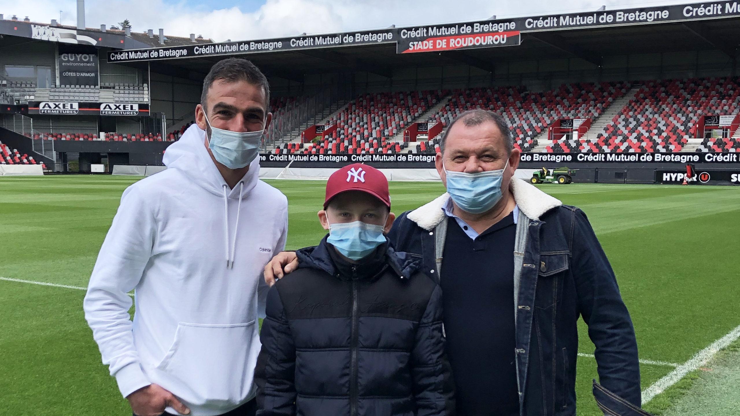 Mathis Coatrieux visite le stade de Roudourou avec Christophe Kerbrat Guingamp En Avant-16 9-en bord de pelouse