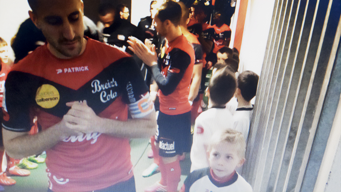 Mathis Coatrieux visite le stade de Roudourou avec Christophe Kerbrat Guingamp En Avant-16 9-escort kid